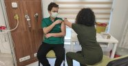 Foça'da ilk aşı Hastane Başhekimi Op. Dr. Rahmi Gökhan Ekin'e yapıldı.
