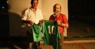 Kıbrıs Kartalları film oyuncularından Harun Cici'ye forma jesti